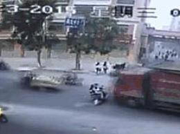 女子骑电动车过马路 被大货压成