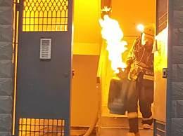 守护万家平安 他拎着喷火的煤气罐冲下六楼