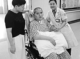 男子因车祸沉睡两年 母亲细心照料迎来奇迹