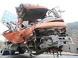 两车超载相撞致6死 14人不同程度受伤