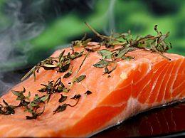 如何判断三文鱼是否新鲜?三文鱼切片应该怎么切