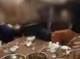 10人大摆全鸡宴警察叔叔找上门 原来鸡全是偷的