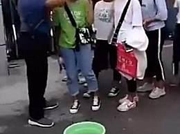 老师提水桶给女生卸妆 出发点是好的行为不妥