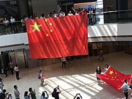 上千民众香港快闪唱国歌 歌声嘹亮爱国之情溢于言表