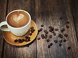 婴儿每天被喂5杯咖啡