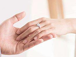 求婚买什么戒指好 求婚可以用黄金戒指吗 经典求婚戒指品牌大全