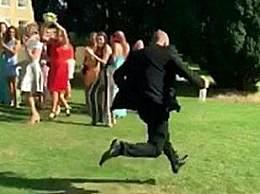 女子接到捧花男友逃跑!女子婚礼上接到新娘捧花 男友却逃跑了