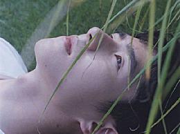 刘昊然脖子上有蚊子什么梗?刘昊然最新杂志照片脖子上有蚊子