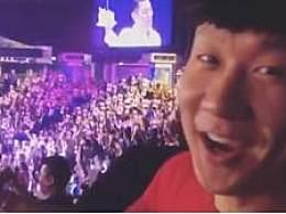 林俊杰给刘德华唱生日歌!演唱会化身小迷弟 参与万人合唱