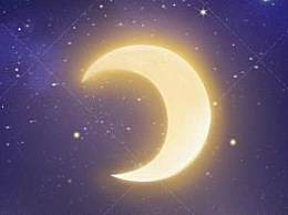 月亮演浪漫连续剧 星月相互依偎犹如热恋情侣