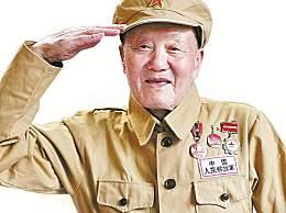 94岁老兵佩戴勋章看阅兵 观礼中在搀扶下站起来敬礼