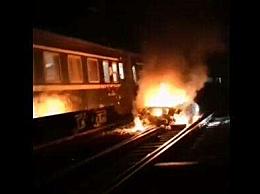 江西小车坠入铁轨