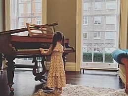 """周杰伦""""前世情人""""弹钢琴!小周周扎马尾弹钢琴 获网友点赞"""