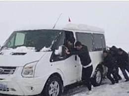 青海祁连突降大雪 交警12小时连夜作战转移群众