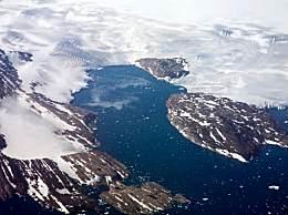 格陵兰冰川再现崩塌 激起巨浪吓坏游客