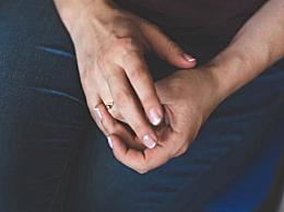 手指甲上凹凸不平的小坑是怎么回事 为什么指甲上布满小坑