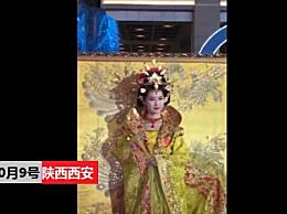 西安女演员被老人强抱 直接冲了上去推都推不开