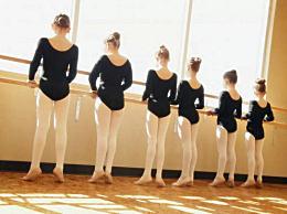 女孩练下腰高位截瘫