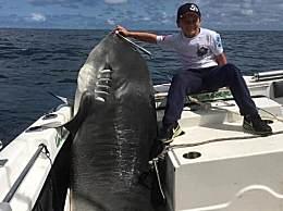 男童捕628斤巨鲨 或创下新的世界纪录