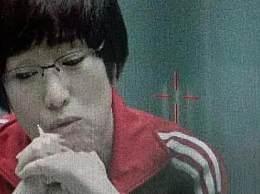 巩俐中国女排路透 造型神态简直是另一个郎平