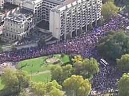 伦敦爆发万人游行