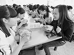 教育部落实陪餐制 每天不少于1名校领导陪同学生就餐