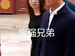 王宝强现身云南 西装革履与当地人一起载歌载舞