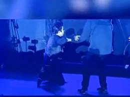 薛之谦演出时掉下舞台 瘸腿站起来接着唱