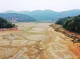 江西水库见底 34天未下雨土地干涸旱情严重