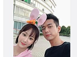 李现为杨紫庆生 童颜夫妇合影好甜蜜