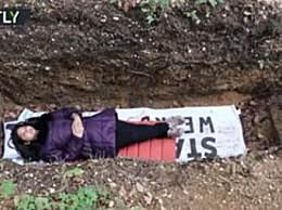 大学开设坟墓体验 躺墓地思考人生备受追捧