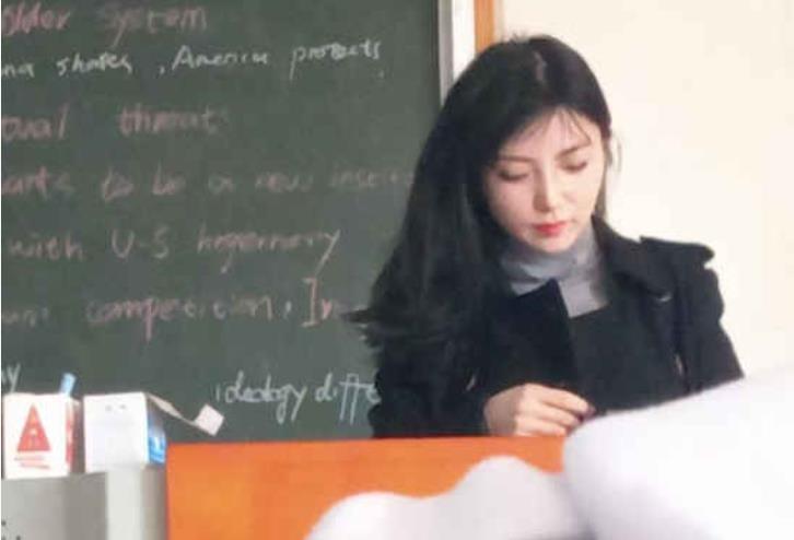 神仙美女老师火了 长得美还是个学霸