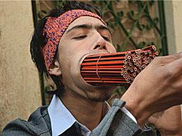 世界上最大的嘴 小伙口中塞下38支鉛筆