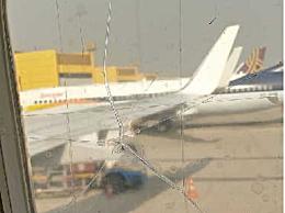 机窗裂粘后继续飞 此种奇葩操作惹怒乘客