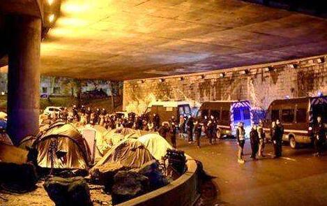 巴黎清除移民营地 数百移民流离失所