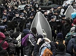 巴黎清除移民营地 超1600名移民被警方送上巴士带走
