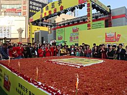 巨型辣条蛋糕亮相长沙 近万人驻足品尝