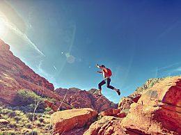 遇到有人爬山时摔伤腰部怎么办?应该保持不动吗