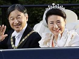 日本天皇即位巡游 天皇和皇后乘坐敞篷车巡游