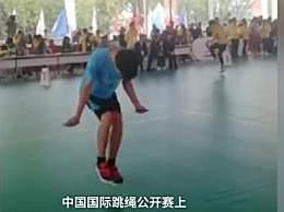 男孩跳绳1秒超7次 简直是高速马达在运转