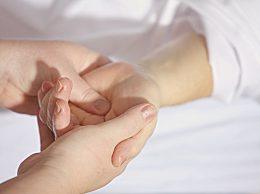 手掌发红、发白说明了什么?手部发凉、手掌脱皮是什么原因导致的