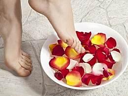 冬季泡脚的最佳时间和温度 泡脚泡多长时间最好