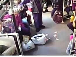 在公交上撒百元大钞 八旬老人公交车怒撒金钱是为何?
