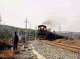 英勇大爷狂奔救下火车 因醉汉将百斤重大石推上铁轨