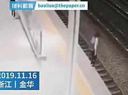 旅客跳入轨道上演生死50秒 因失恋想轻生