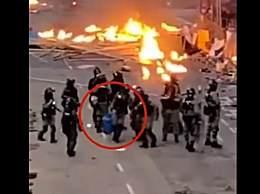 港警火中拎出煤气罐 网友看后力赞人民英雄