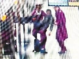 地铁小哥抱男乘客 上演公主抱这一幕太暖心