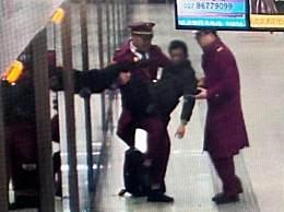 地铁小哥抱男乘客 地铁小哥紧急救援晕倒男乘客