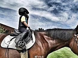 靳东为儿子庆生 戴头盔骑骏马超级有范