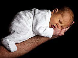 新生儿拍嗝怎么拍 拍多久 给宝宝拍嗝的正确方法介绍